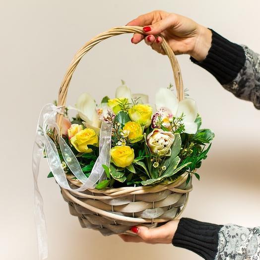 Яркая корзинка с цветами