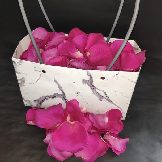 Лепестки роз в стильной сумке