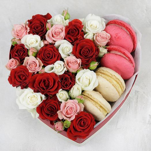 Сердце из роз и макарун