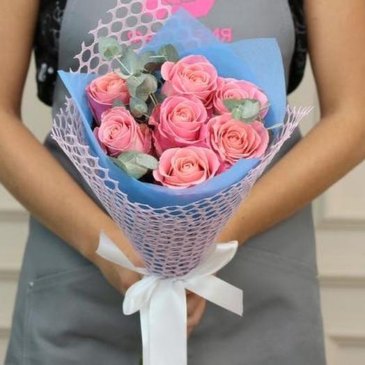 Букет розовых роз с эвкалиптом