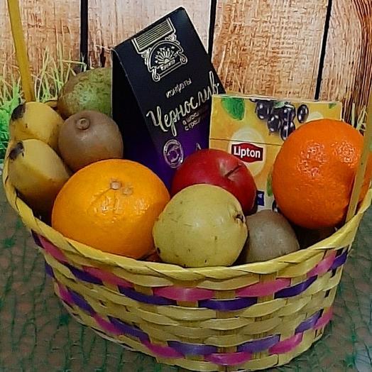 Корзина с фруктами, чаем и конфетами
