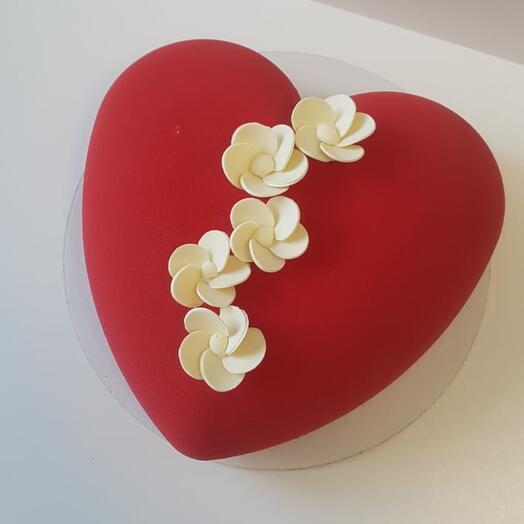 """Муссовый торт """"Сердце"""" с шоколадными цветами"""