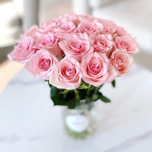 21 розовая роза в вазе
