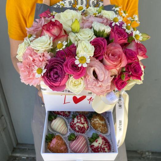 Шкатулка с цветами и клубникой в шоколаде