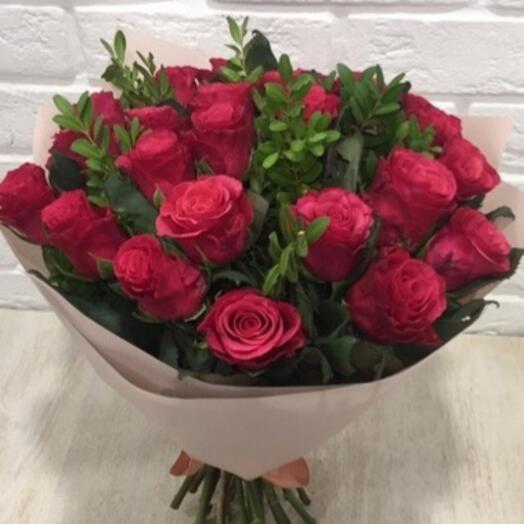 15 малиновых  роз с зеленью