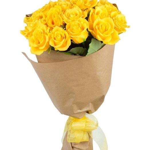 19 ярких жёлтых роз в крафт-бумаге