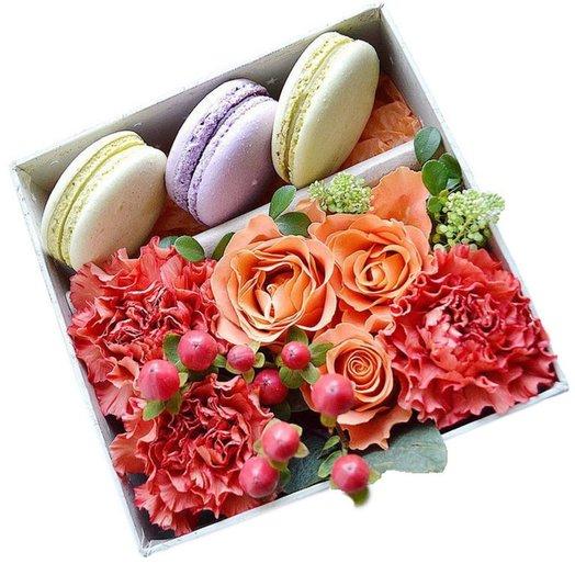 Композиция с цветами и 3 макаруни Комплимент: букеты цветов на заказ Flowwow