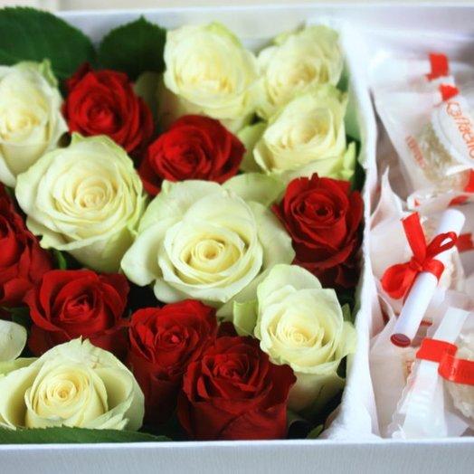 Квадратная коробка с розами и конфетами