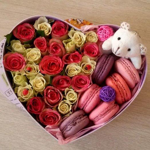 Цветочная коробочка с макаронс в форме сердца