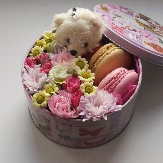 Цветочная коробочка с печеньем макаронс и мягким мишкой