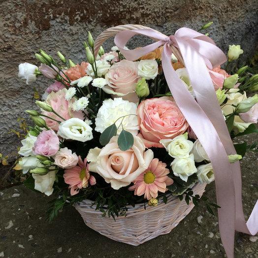Нежная корзина в пудровых тонах: букеты цветов на заказ Flowwow