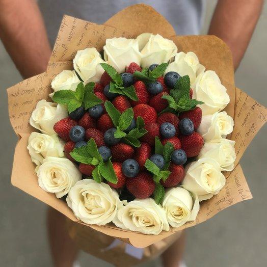 Белые розы. Клубника. Голубика.  N183: букеты цветов на заказ Flowwow