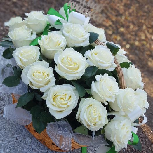 Шикарная корзина белых роз