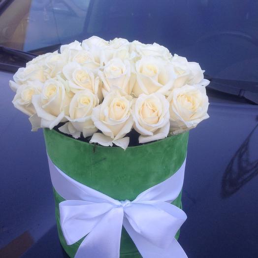 Шляпная коробка с белоснежными розами Аваланж: букеты цветов на заказ Flowwow