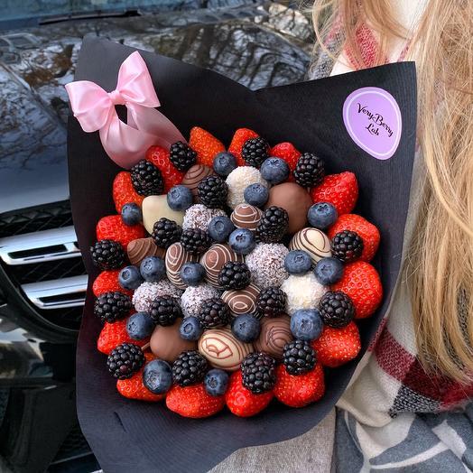 Букет из клубники в шоколаде с голубикой и ежевикой
