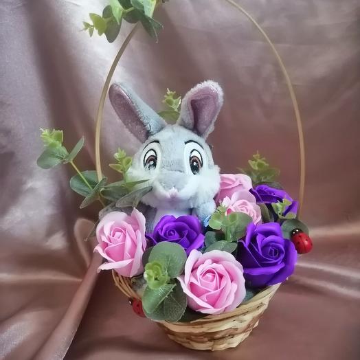 Корзинка с мыльными розами и зайчиком: букеты цветов на заказ Flowwow