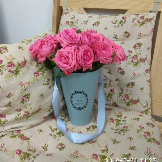 Кустовые розы в конусной коробке