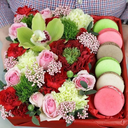 Коробка с макарунами. Розы, орхидея и гвоздика