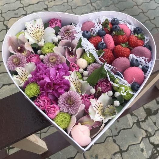 Коробка сердце с цветами, ягодами и макаронс: букеты цветов на заказ Flowwow