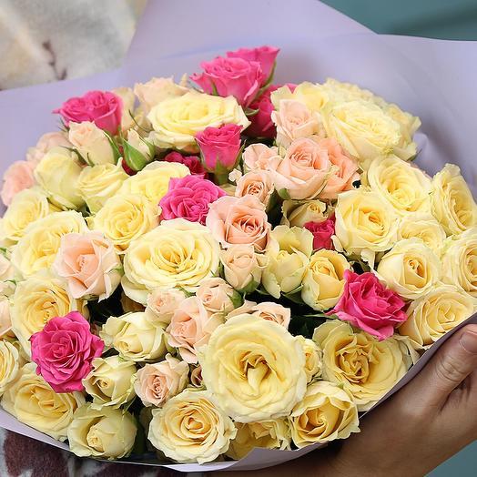 Букет из 25 кустовых роз 40 см (Кения) нежный микс в упаковке