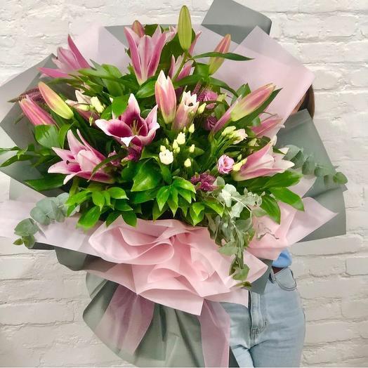 Большой ароматный букет из лилии,эвкалипта и лизиантуса: букеты цветов на заказ Flowwow