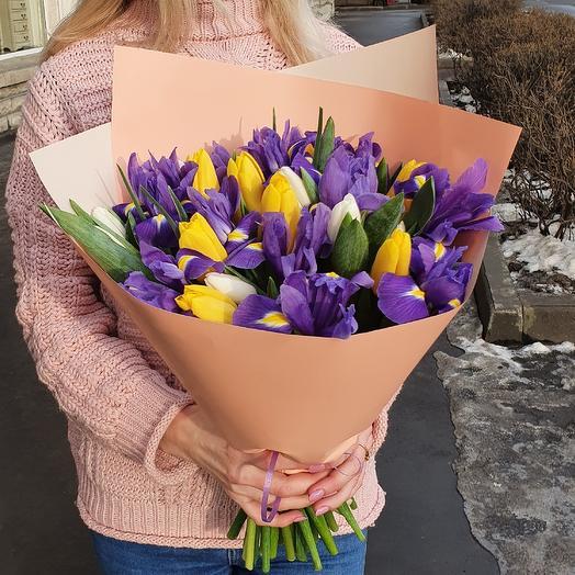 Весенний букет с тюльпанами и ирисами