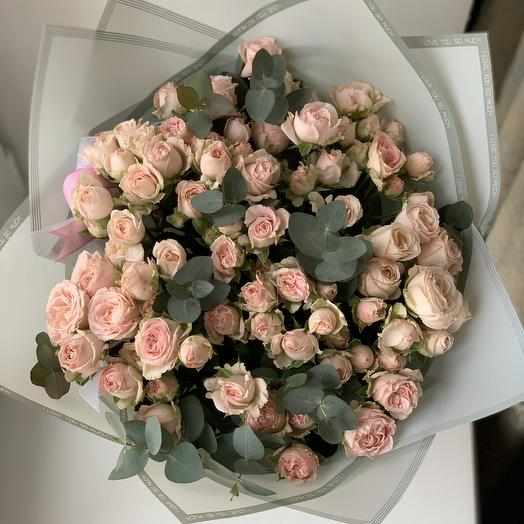 Кустовая пионовидная роза с эвкалиптом