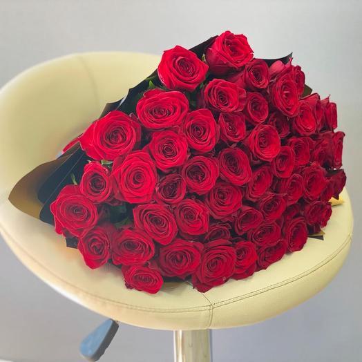 ХИТ букет из 51 красной розы в стильном черном крафте