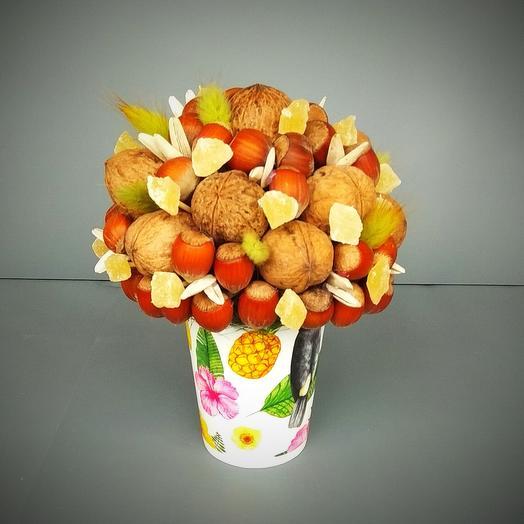 Стаканчик с орехами и ананасом