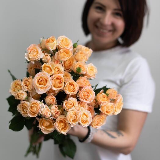 Охапка пионовидных кустовых роз