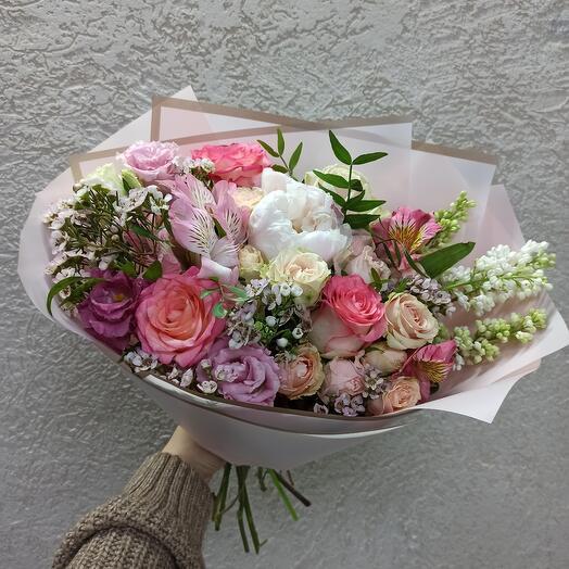 Красивый букет с пионом, сиренью и ассорти цветов