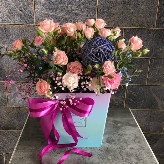 """Цветы в коробке кустовая роза """"Майская нежность"""""""