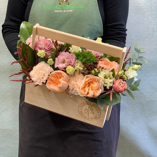 Весенняя композиция в деревянном ящичке с пионовидными розами и диантусом