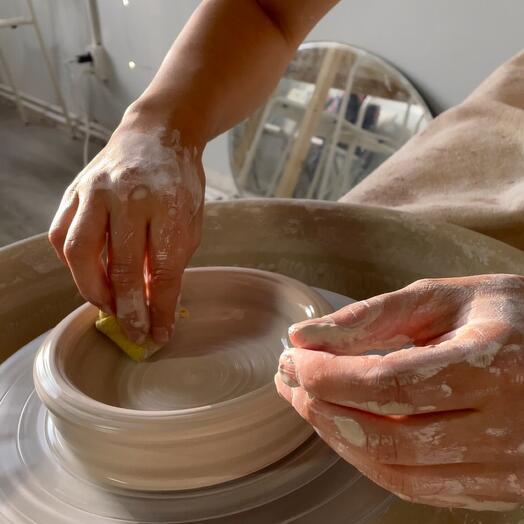 Занятие за гончарным кругом и роспись глазурью
