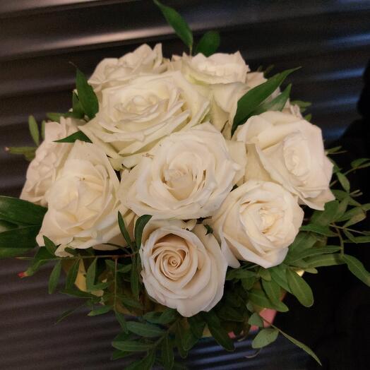 11 белых роз в коробке