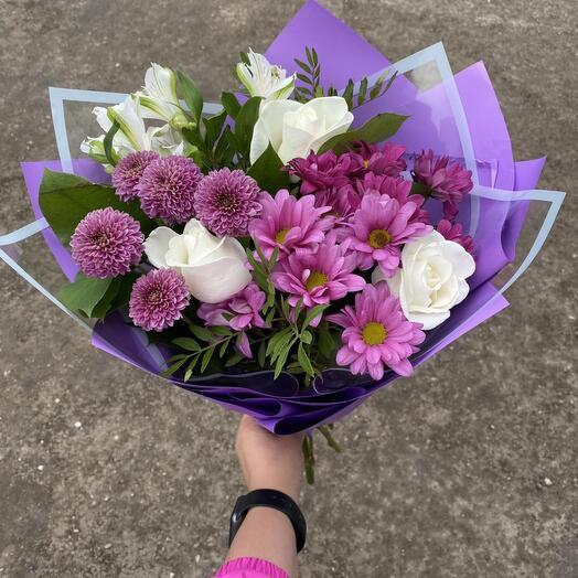 Букет их хризантем роз и альстромерий