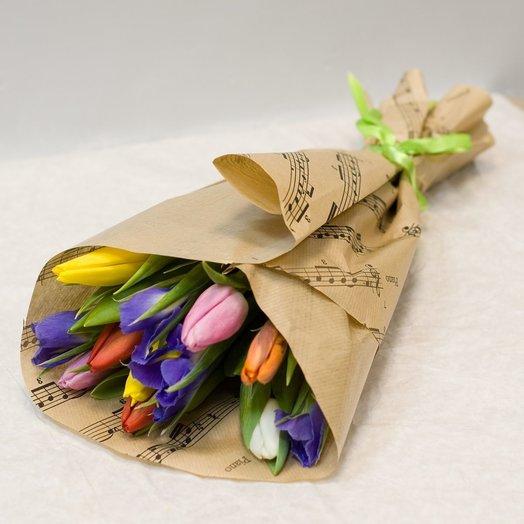 Букет из тюльпанов и ирисов Весенний