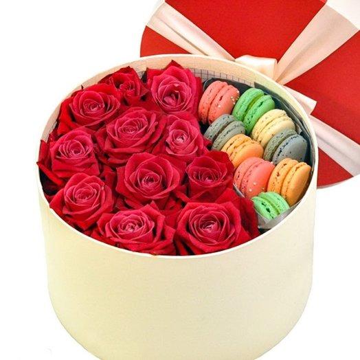 Розы в круглой коробочке с 9 макарунами: букеты цветов на заказ Flowwow