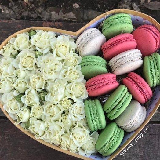 Коробка из кустовой розы и макарун: букеты цветов на заказ Flowwow