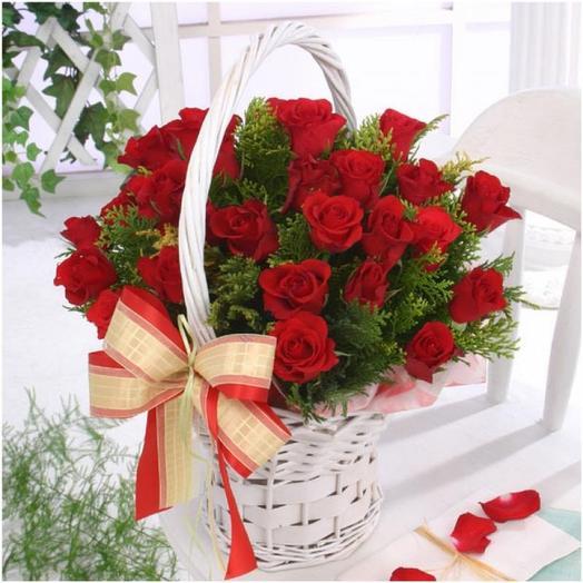 Корзина с красными розами: букеты цветов на заказ Flowwow