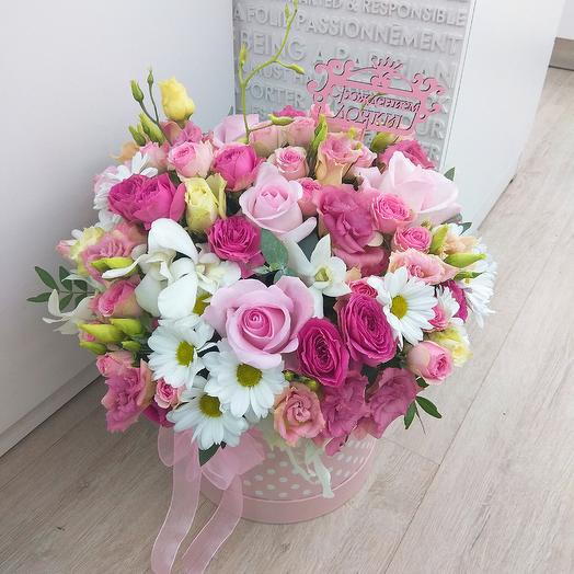 Шляпная коробка в бело-розовой гамме: букеты цветов на заказ Flowwow