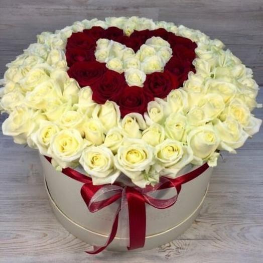 101 красно-белая роза в виде сердца в шляпной коробке: букеты цветов на заказ Flowwow