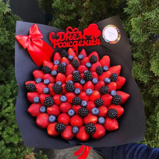 Букет из клубники с голубикой и ежевикой: букеты цветов на заказ Flowwow