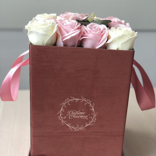 Композиция из неувядающих мыльных роз в коробке: букеты цветов на заказ Flowwow