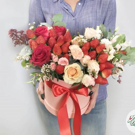 Шляпная коробочка с цветами и клубникой