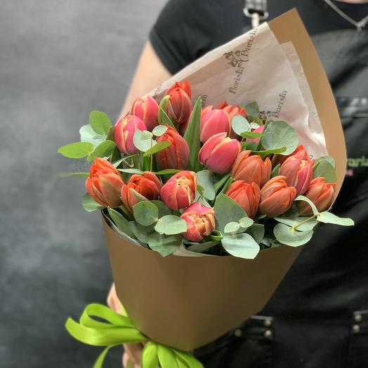 21 пионовидный тюльпан с эвкалиптом