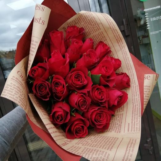 21 красная роза в крафт оформлении