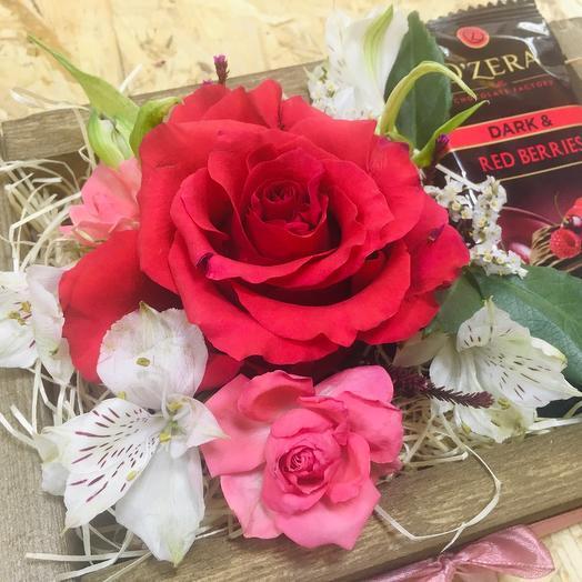 Цветы в ящике с шоколадом