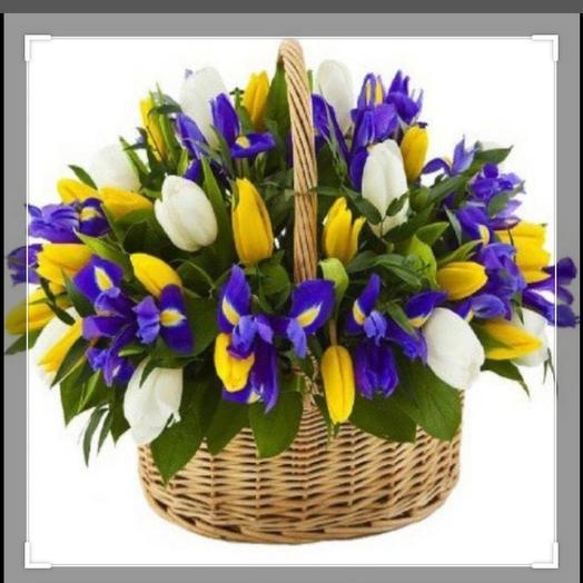 Ирисы и тюльпаны в корзинке