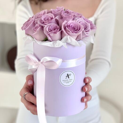 Букет из 21 сиреневой розы Кения в шляпной коробке